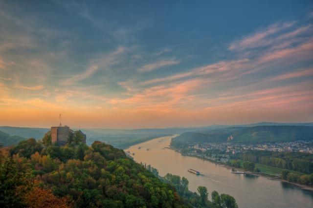 Europa-247.de - Europa Infos & Europa Tipps | Burg Rheineck bei Bad Breisig im milden Abendlicht.  Foto: Andreas Pacek/ideemedia