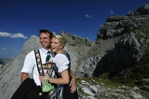 Bayern-24/7.de - Bayern Infos & Bayern Tipps | Wanderer an der Bergstation der Karwendelbahn in Mittenwald, Bayern - Foto: Wolfgang Ehn
