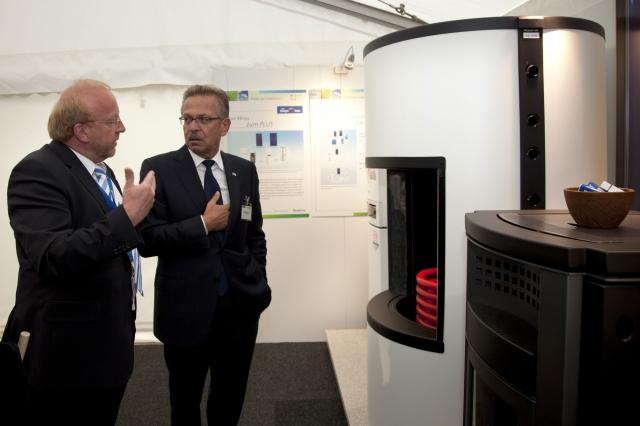 Buderus auf der Woche der Umwelt: Wolfgang Diebel, Leiter Buderus Produktmarketing (links), im Gespräch mit Franz Fehrenbach, Vorsitzender der Geschäftsführung der Robert Bosch GmbH.