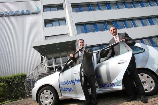Auto News | Fuhrparkmanager Frank Pfister (links) und Marketingleiter Christian Osthof freuen sich über den Testsieg des PROGAS-Firmenfahrzeugs. Foto: Schaper
