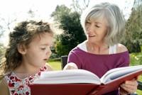 Immer mehr Rentnerinnen und Rentner bieten Eltern ihre Unterstützung als Leih-Omas bei der Kinderbetreuung an. Das kann zu einer echten