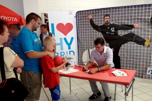Erfurt-Infos.de - Erfurt Infos & Erfurt Tipps | Autogrammstunde mit Heiner Brand nach seiner Tour im Hybrid-Promi-Taxi