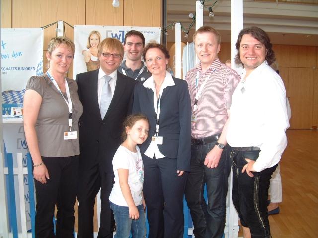Sport-News-123.de | Beruf und Familie im Einklang, unter diesem Motto eröffnete Landesvorsitzender Tim Schlotthauer (2.v.l.) die Landeskonferenz der Wirtschaftsjunioren Bayern in Aschaffenburg. Erstmals gibt es neben einem Kinderprogramm auch eine Kleinkinderbetreuung.