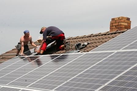 Haussanierung: | Montage einer modernen Solarstromanlage