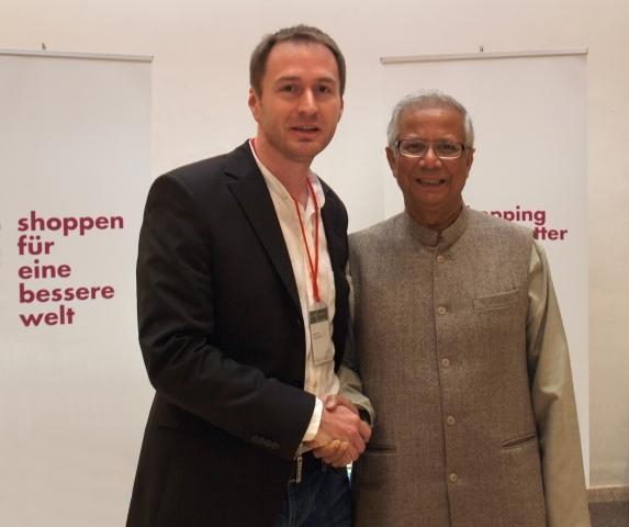 BIO @ Bio-News-Net | ZWEI MIT EINEM GROSSEN ZIEL: die Welt künftig bunter und gerechter zu machen. Der Gründer des Social Business Shoppingportals variomondo, Markus Feix, begrüßt Friedensnobelpreisträger Professor Yunus aus Bangladesh an seinem Messestand in Wiesbaden. Feix