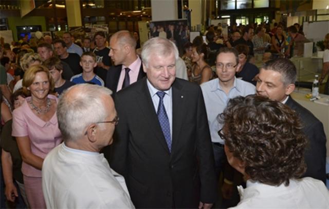 Haussanierung: | Der Bayerische Ministerpräsident Horst Seehofer gehörte zu den Gratulanten beim Tag der offenen Tür zum 30-jährigen Jubiläum des Klinikums Ingolstadt. Foto: Klinikum Ingolstadt