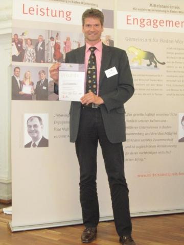 Hardware Infos & Hardware Tipps @ Hardware-News-24/7.de | Jürgen Wennemer (Geschäftsführer der kontech GmbH), stolz mit der Urkunde zum Mittelstandspreis für soziale Verantwortung in Baden-Württemberg. Foto: kontech