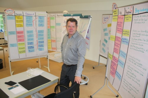 Frankfurt-News.Net - Frankfurt Infos & Frankfurt Tipps | Trainer Ludger Bals inmitten der Ergebnisse aus dem Zukunftsworkshop VDR-TrendsPort