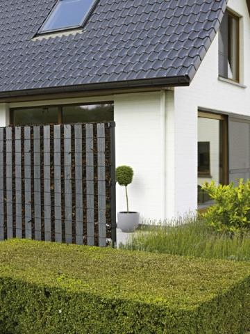Duesseldorf-Info.de - Düsseldorf Infos & Düsseldorf Tipps | Hingucker im Garten: Mit den Design-Elementen von Betafence können Gartenbesitzer ihren Zaun individuell gestalten; hier: Verwendung Perfo Strips.