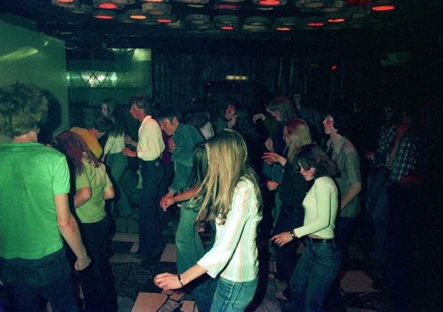 Auto News | Volle Tanzfläche in der Scala in den Siebzigerjahren Foto: (c) Franz Spille Werlte