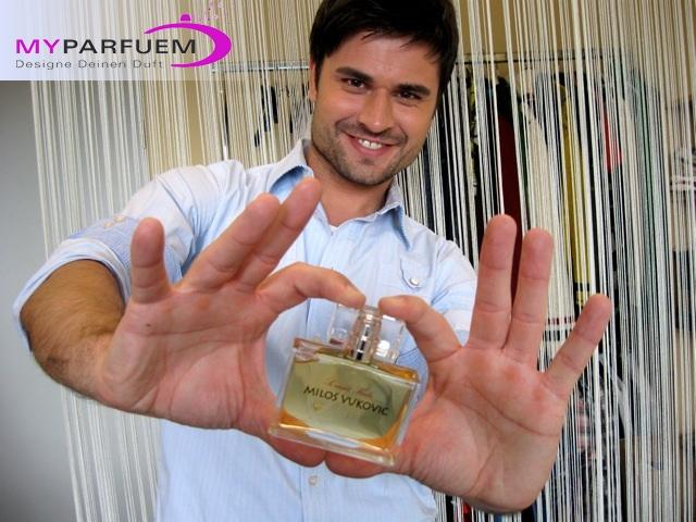 Schauspieler-Info.de | Milos Vukovic mit seinem selbst kreierten Parfüm von MyParfuem