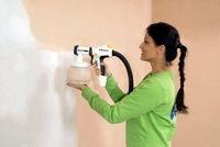 Wanddesign: Mit einem Sprühgerät lässt sich eine Wand verschönern - und zwar nicht nur mit Farbe, sondern auch mit einem geeigneten Putz wie etwa Easyputz 0,5 Millimeter von Knauf.