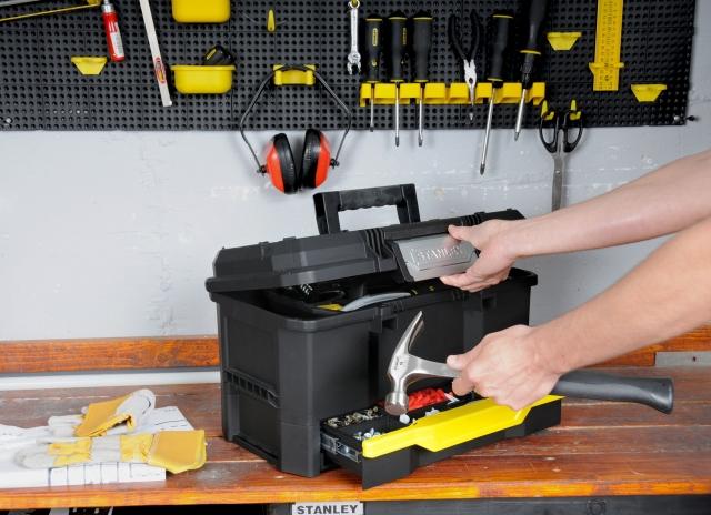 Wer großes vorhat (oder solches transportieren muss) freut sich über die 52 cm Werkzeugbox (1-70-316) von Stanley, denn sie bietet viel Platz auch für sperrige Werkzeuge. Kleinere Teile sind in der integrierten Schublade gut aufgehoben.