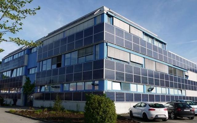 Einkauf-Shopping.de - Shopping Infos & Shopping Tipps | Hochwertige Solarstromanlage an einem Industriegebäude, installiert von iKratos