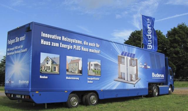 Technik-247.de - Technik Infos & Technik Tipps | Auffallende Erscheinung:  Heizungsfachfirmen können den Buderus Promotiontruck zur Information ihrer Kunden über das Energie-Plus-Haus buchen.