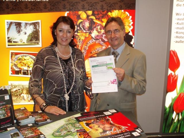 Einkauf-Shopping.de - Shopping Infos & Shopping Tipps | Gutes Teamwork geht weiter: FLORIADE-Verkaufsmanagerin Silke Schnock und Manfred Krause vom NWO freuen sich, bis zum Abschluss der FLORIADE 2012 am 7. Oktober ihre erfolgreiche Zusammenarbeit fortzusetzen.