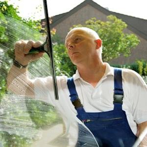 Kleinanzeigen News & Kleinanzeigen Infos & Kleinanzeigen Tipps | Glasreinigung Stuttgart - Ein Fensterputzer in Aktion