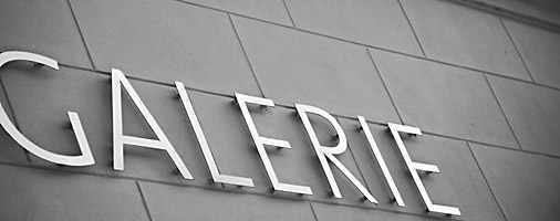 News - Central: Zeitungshalter - Galerieeröffnung oder Auktionskatalog
