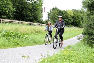 Elektroauto Infos & News @ ElektroMobil-Infos.de. Keine Angst vor Steigungen: Fahrräder mit einer elektrischen Tretunterstützung ermöglichen jedem mühelos einen Berg hochzufahren. Für manchen schwierig ist dagegen das Bremsen. Manche Fahrer können ihr Tempo nicht richtig einschätzen. Foto:  HUK-COB