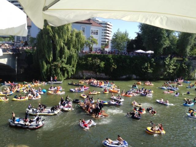 Baden-Württemberg-Infos.de - Baden-Württemberg Infos & Baden-Württemberg Tipps | Nabader mit ihren Booten auf der Donau und zahlreiche Zuschauer am Ufer
