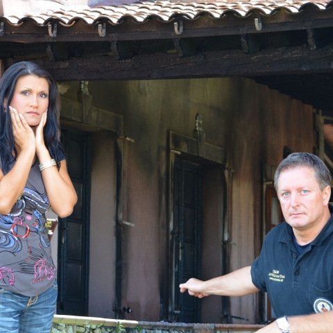 News - Central: Antonia aus Tirol und Peter Schutti vor der abgebrannten Villa