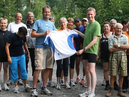 Sport-News-123.de | Konrad Krafft von doubleSlash überreicht die neuen Trikots an Lauftreff-FN-Leiter Wolfgang Kleinertz