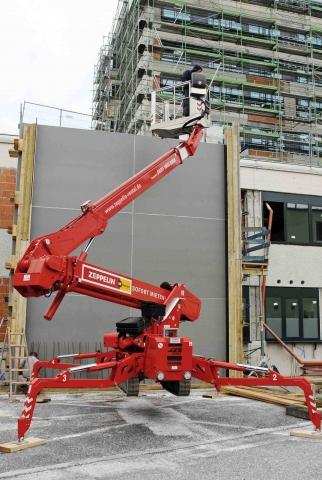 Haussanierung: | Die Raupenarbeitsbühne ZRGT23.11ED von Zeppelin Rental bei der Sanierung eines Klinikums – hier entsteht ein neues Treppenhaus. Copyright: Zeppelin Rental GmbH & Co. KG