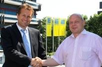 Versicherungen News & Infos | Axel Brendel (links), Geschäftsführer des EDEKA Versicherungsdienstes, hat sich für beitragsoptimierung24.de (im Bild: Vorstand Harald Leissl) entschieden.