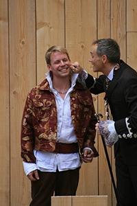 Italien-News.net - Italien Infos & Italien Tipps | Lelio (Daniel Knorr) mit Vater Pantalone (Peter Edelburg)