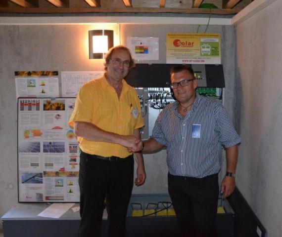 Alternative & Erneuerbare Energien News: Herr Trück (links) mit Architekt Niesner (rechts) vor dem SolarConsult Solarstromspeichersystem 4S.