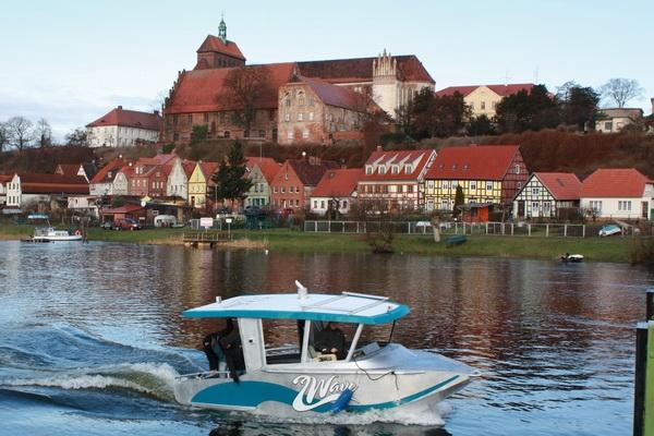 Europa-247.de - Europa Infos & Europa Tipps | Surfboot 2Wave beim Stapelhub in Havelberg auf der Kiebitzberg Schiffswerft