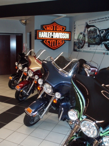 Hotel Infos & Hotel News @ Hotel-Info-24/7.de | Kult-Bikes en masse: Blick in den Verkaufsraum von Kegel Harley Davidson