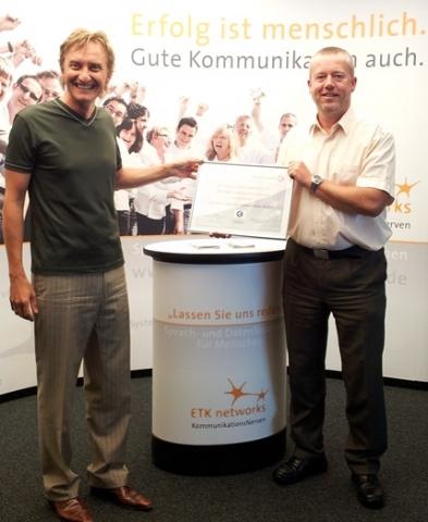 Rheinland-Pfalz-Info.Net - Rheinland-Pfalz Infos & Rheinland-Pfalz Tipps | Axel Busse (re.), Channel Sales Manager bei Alcatel-Lucent, überreichte ETK networks vergangene Woche das Zertifikat