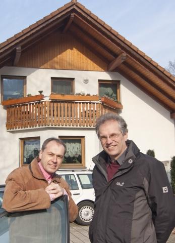 Alternative & Erneuerbare Energien News: PROGAS-Fachberater Manfred Braun (links) ist für Hausbesitzer Herbert Huber ein kompetenter Ansprechpartner. Foto: PROGAS.