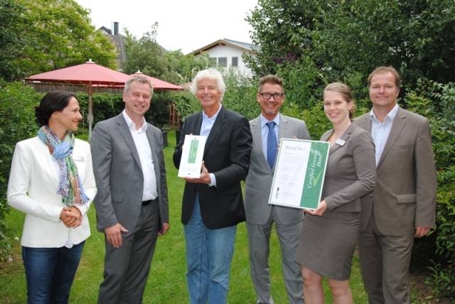 App News @ App-News.Info | Hotelier Dr. Lothar Becker (3.v.l.) freut sich im Kreise seiner Kollegen über das Nachhaltigkeitssiegel für das Atrium Hotel Mainz
