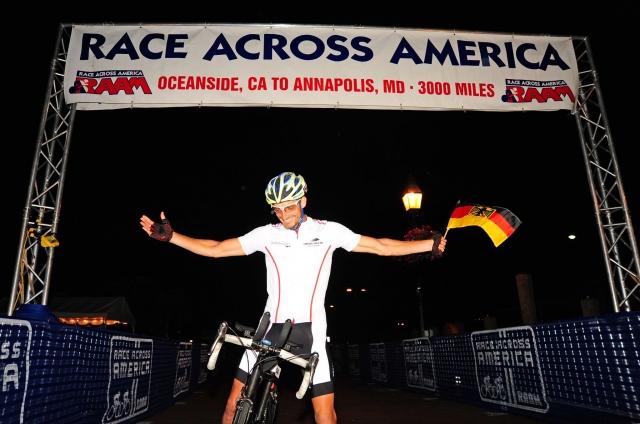 Amerika News & Amerika Infos & Amerika Tipps | Stefan Schlegel im Ziel, fotografiert von Alexander Scheuber, scal-pictures