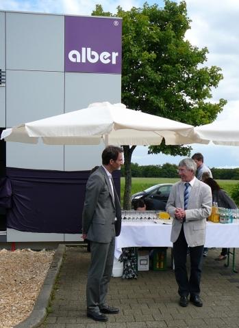 Auto News | Die Eröffnung des Alber Cubus: links Ralf Ledda, Geschäftsführer der Ulrich Alber GmbH, rechts Anton Reger, Bürgermeister Albstadt