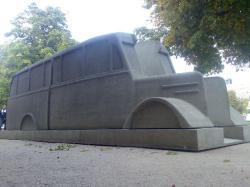 Historisches @ Historiker-News.de | Historiker News DE. Foto: Im Denkmalbus eingeschrieben ist das Zitat: >> Wohin bringt ihr uns? <<, die überlieferte Frage eines Patienten.
