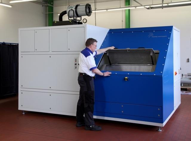 Technik-247.de - Technik Infos & Technik Tipps | Im Berstdruck-Prüfstand für Hydraulik-Komponenten werden Rohrverschraubungen und Schlauchleitungen in einer massiven Prüfkammer bis zum Bersten getestet. Das Hydraulik-Aggregat wird über die XC200-Steuerung von Eaton über die PC-Station bedient.