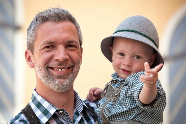 Auto News | ePunkt Geschäftsführer Sam Zibuschka, derzeit in Karenz, mit seinem Sohn.