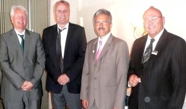 Von links: Landrat Thomas Reinhardt, Jörg Ehrlinger, Hermann Mader, Kreisbau-Geschäftsführer Wilfried Haut