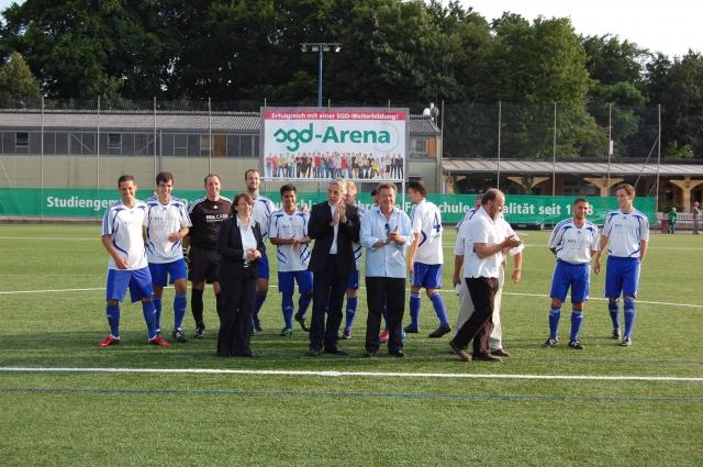News - Central: Große Freude bei den Spielern des RSV Germania 03 Pfungstadt über die Kooperation. Im Vordergrund:  Vertreter Sponsoren,  Verein und Stadt.