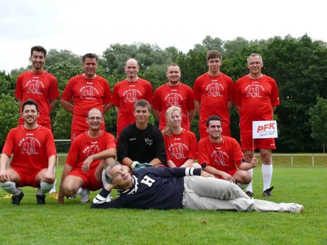 Duesseldorf-Info.de - Düsseldorf Infos & Düsseldorf Tipps | Die Fußball-Mannschaft der PFK und ihr Chef, Dr. Uwe Streck (liegend, im blauen Dress) sind fit fürs Turnier.