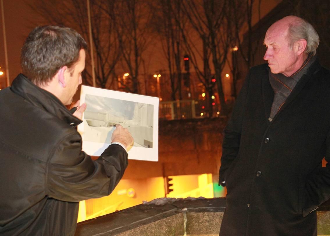 Stuttgart-News.Net - Stuttgart Infos & Stuttgart Tipps | Christian Könings präsentiert den Führungsteilnehmern anhand eines Schaubildes die Neugestaltung der östlichen Domumgebung.