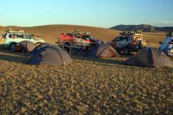 Ost Nachrichten & Osten News | Foto: Abenteuer auf vier Rädern: Ein Abendlager der XWORLD-Tour in Bayandalay in der Mongolei.