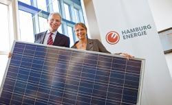 Alternative & Erneuerbare Energien News: Foto: HAMBURG ENERGIE-Geschäftsführer Dr. Michael Beckereit und die Hamburger Umweltsenatorin Anja Hajduk starten eine großangelegte Solaroffensive.