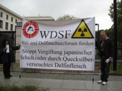 Ost Nachrichten & Osten News | Foto: WDSF-Protest vor japanischer Botschaft in Berlin.