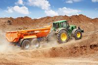 Landwirtschaft News & Agrarwirtschaft News @ Agrar-Center.de | Agrar-Center.de - Agrarwirtschaft & Landwirtschaft. Foto: John Deere Traktor mit Anhängemulde sind das ideale Gespann im landwirtschaftlichen Alltag.