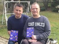 Ronny Kienert und Sascha Stoltze mit den Buch 'Anstarren oder Wegsehen?' (© DIVEREX®)