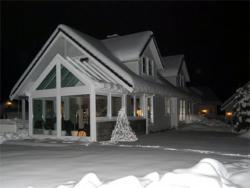 Fertighaus, Plusenergiehaus @ Hausbau-Seite.de | Hausbau & Einfamilienhaus - Foto: Im Winter kann ein Wintergarten zeigen was er kann: Während es draußen kalt ist, kann man bei wohliger Wärme die Natur hautnah erleben.